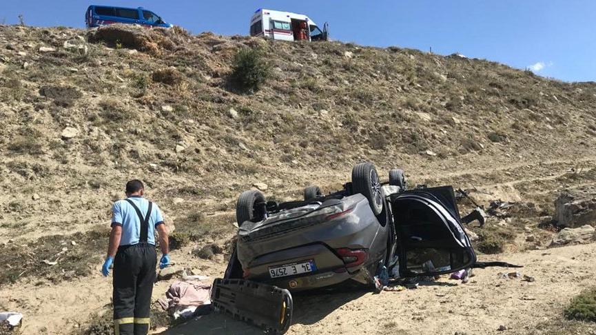 Sivas'ta otomobil, şarampole devrildi: 1 ölü, 3'ü çocuk 5 yaralı