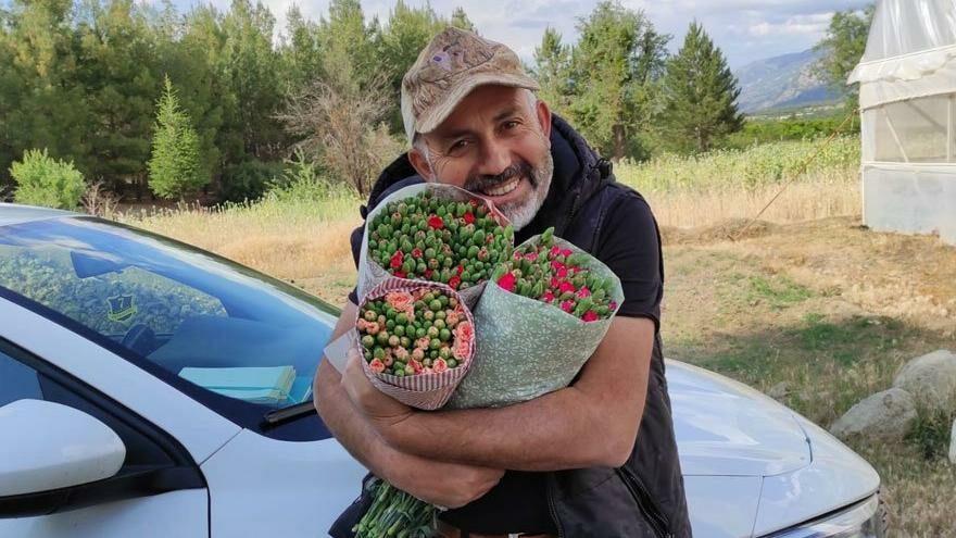 Sebzeler zarar ettirdi, başarıyı çiçekle yakaladı