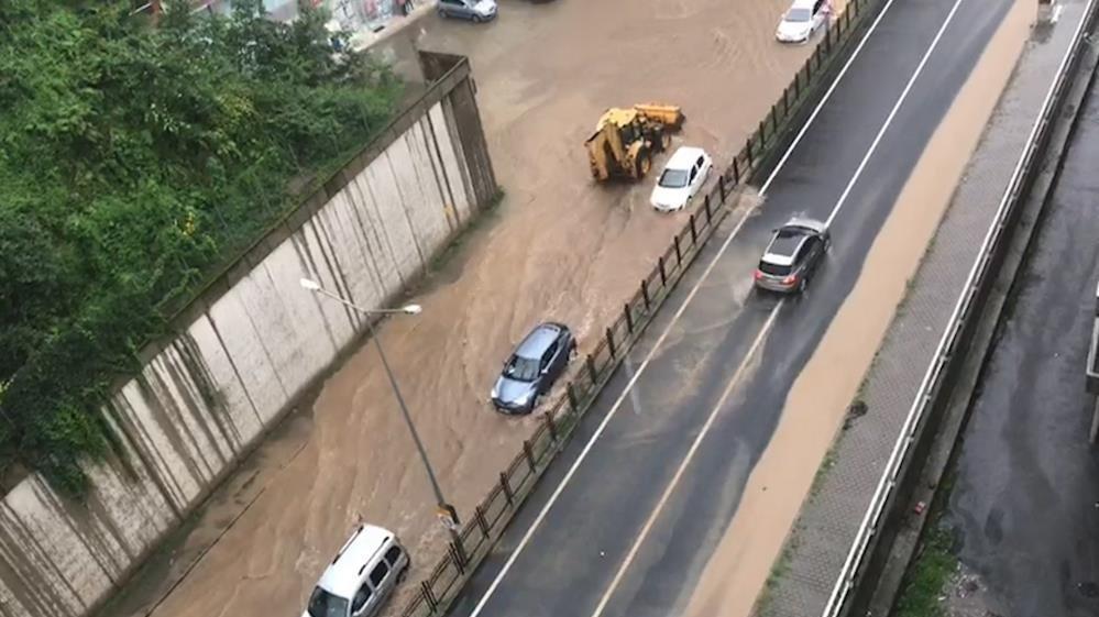 Rize'de sağanak yağış karayolunu trafiğe kapattı
