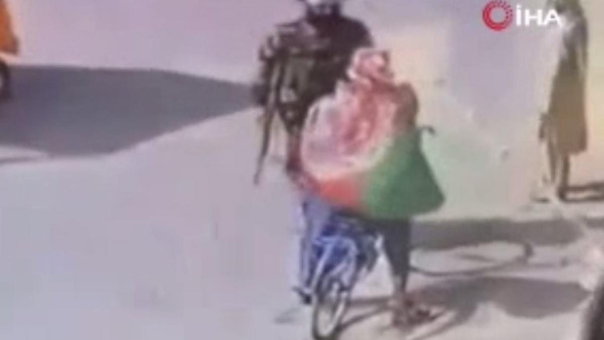 Bayrak taşıyor diye dövdüler! Taliban'ın şiddeti kamerada...