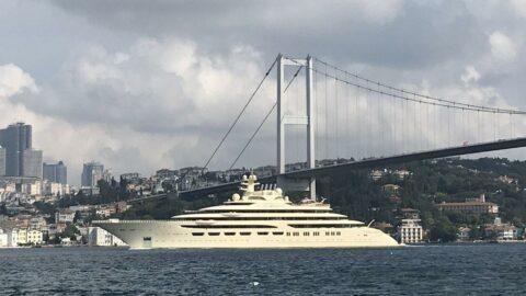 Boğaz'dan 256 milyon dolarlık süper yat geçti