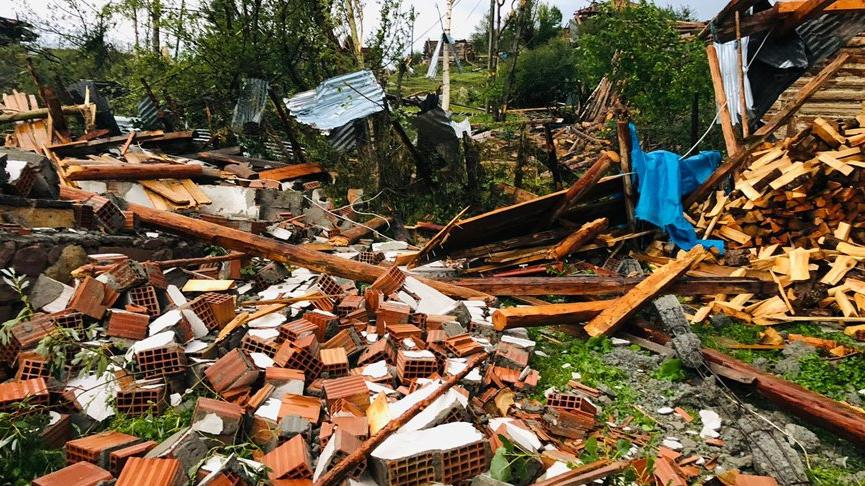Artvin'de hortum, fırtına ve dolu etkili oldu! Çatılar uçtu, evler hasar gördü