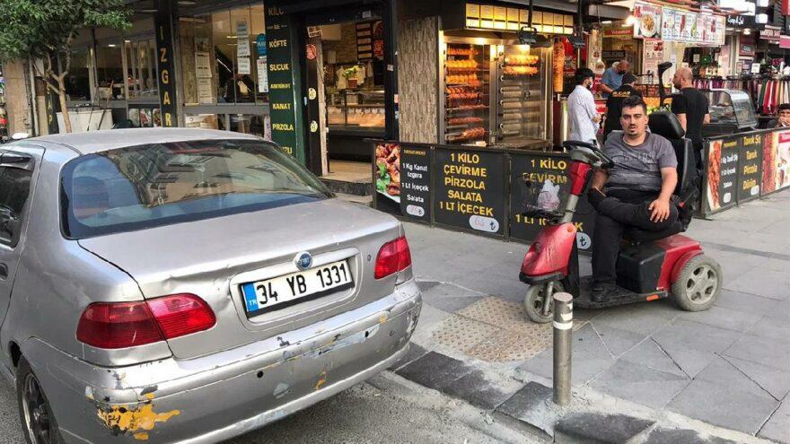 Rampa önüne park eden araç, engeli oldu
