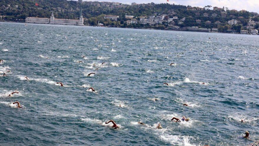 Avcılar Belediye Başkanı Turan Hançerli Boğaz'ı yüzerek geçti