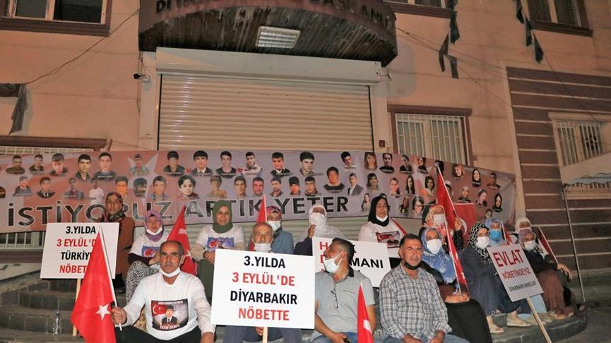 HDP önündeki aileler, gece nöbetine başladı