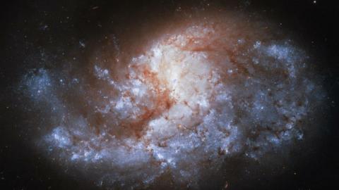 Dünya'dan 68 milyon ışık yılı uzakta, bir mücevher gibi parlak
