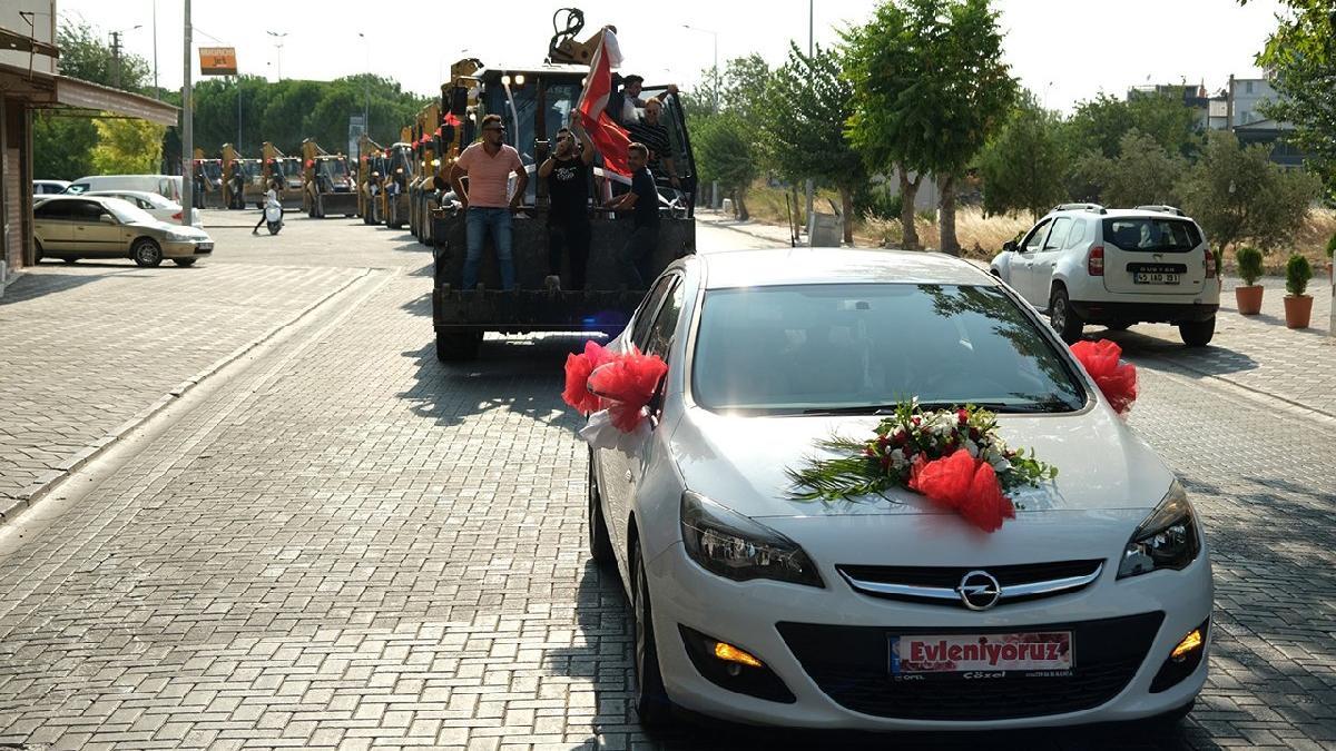 Düğün konvoyunu gören dönüp bir daha baktı