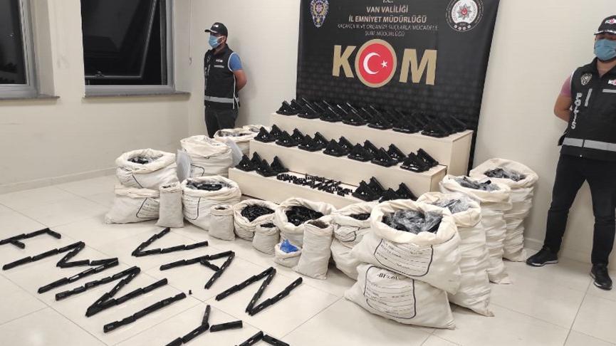 Van'da iş yerine polis baskını: 1300 tabanca ele geçirildi