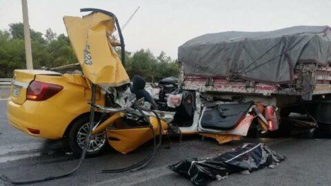 Taksi, TIR'a ok gibi saplandı: Ölü ve yaralılar var
