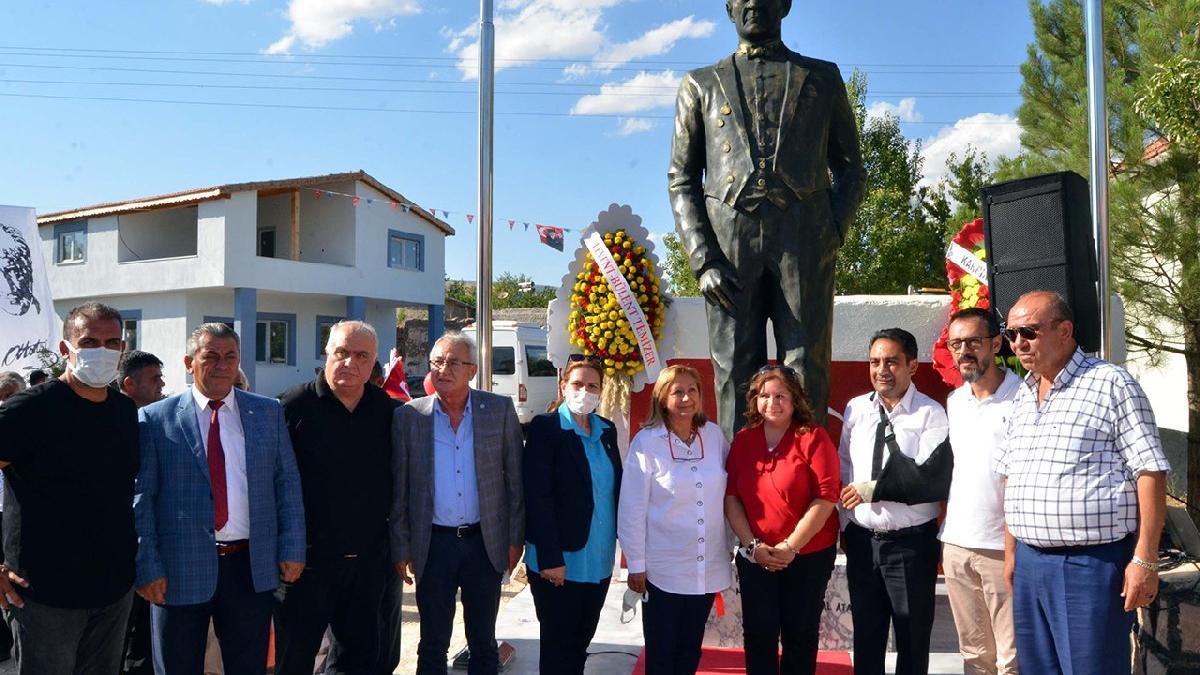 Doğdukları mahalleye 3,5 metrelik Atatürk heykeli yaptırdılar