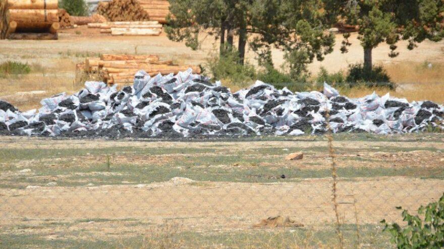 İhtiyaç sahiplerine dağıtılacak kömürler çürümeye terk edildi
