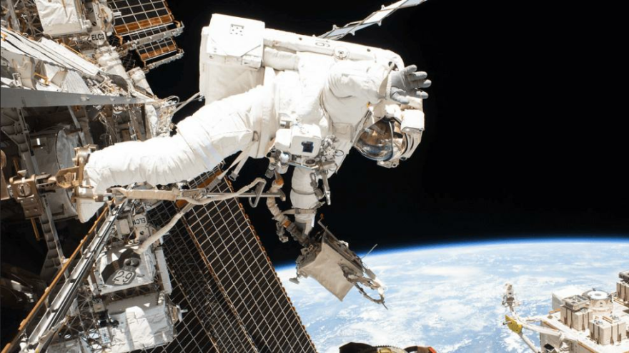 Astronot hastalandı, uzay yürüyüşü ertelendi
