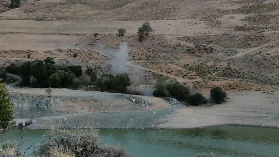 Barajda sular çekildi, el bombası ortaya çıktı