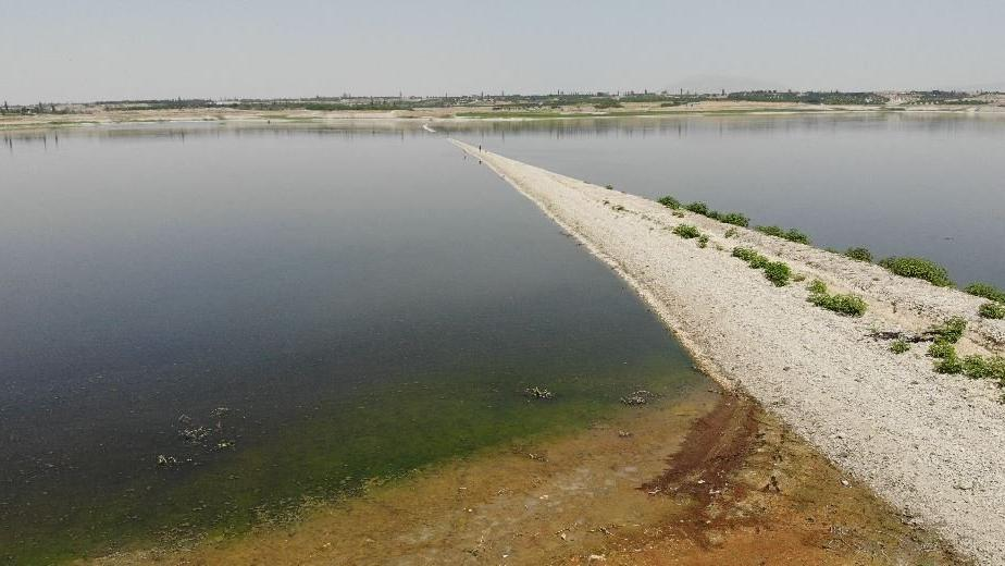 Suların azaldığı barajı eski demiryolu ikiye ayırdı