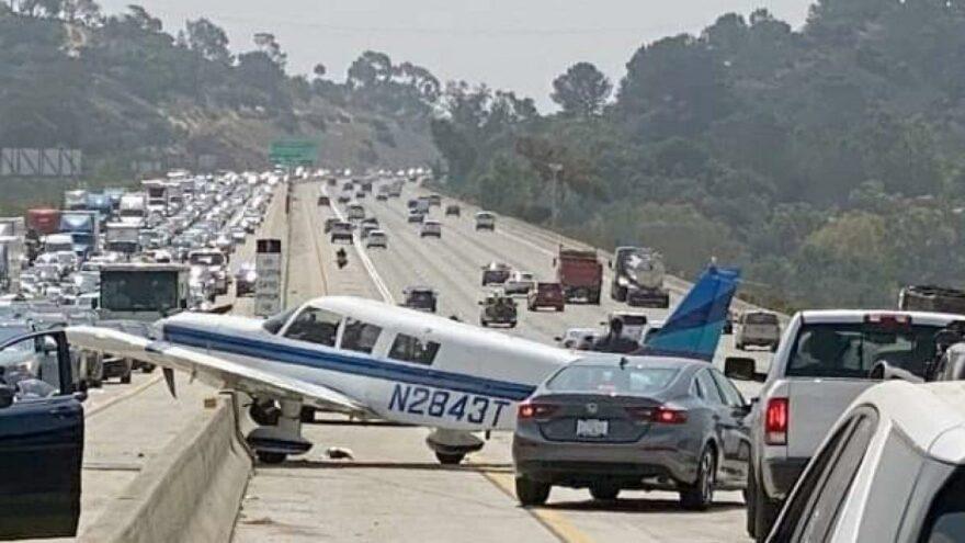 Uçak, otoyola acil iniş yaptı