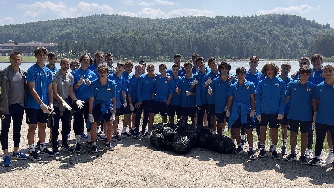 Fenerbahçe genç futbolcularından çevre temizliği