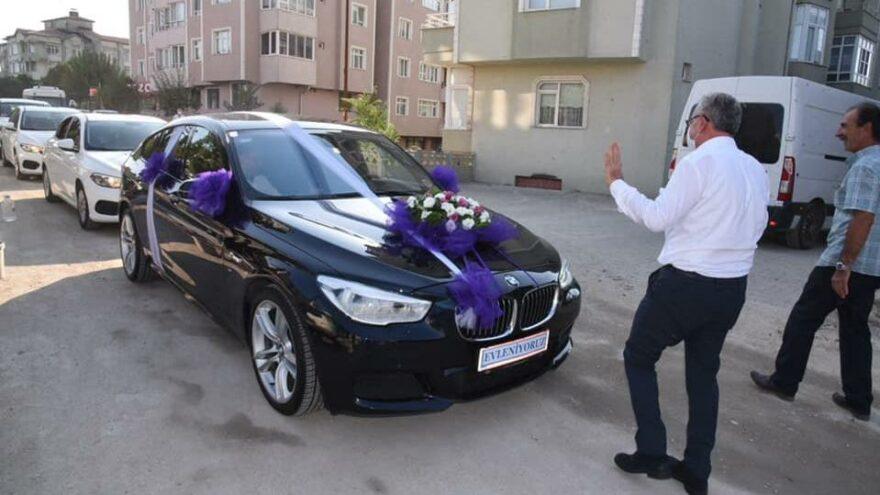 Belediye başkanı düğün konvoyunun önünü kesip, bahşiş aldı