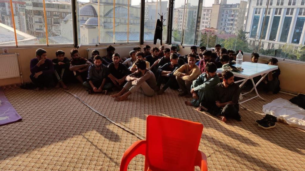 MİT ve polisin ortak operasyon... 26 kaçak göçmen yakalandı
