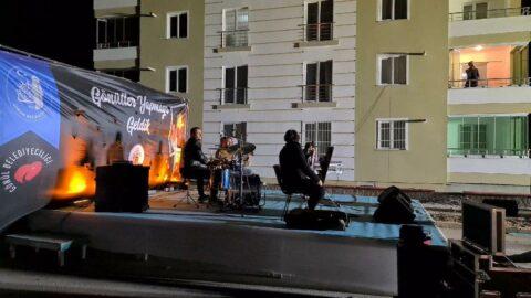 Corona virüse yakalanan müzisyen, evinin balkonundan konser verdi