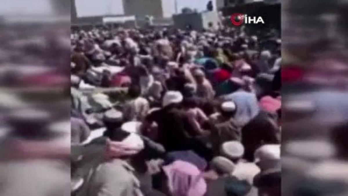 Afganlar, Pakistan sınırına akın etti