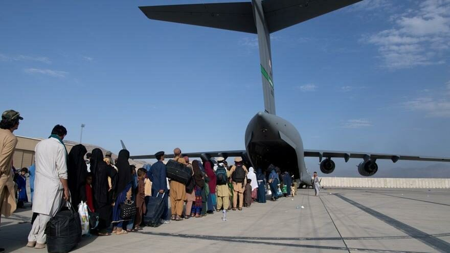 Afganistan'da son durum: Havalimanından uzak durun uyarısı