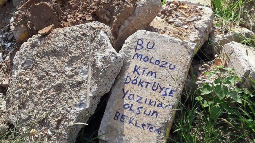 Babasının mezarına dökülen moloz yığınlarına bu notla tepki gösterdi