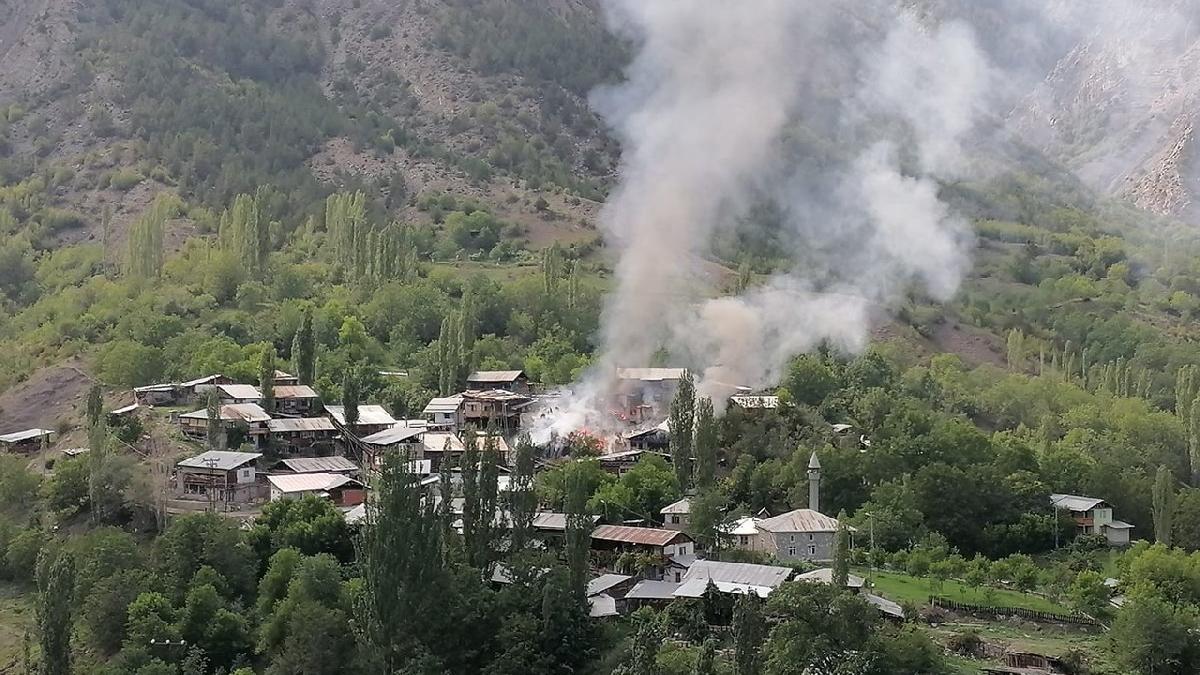 Feci yangın! 6 ev yanarak kül oldu