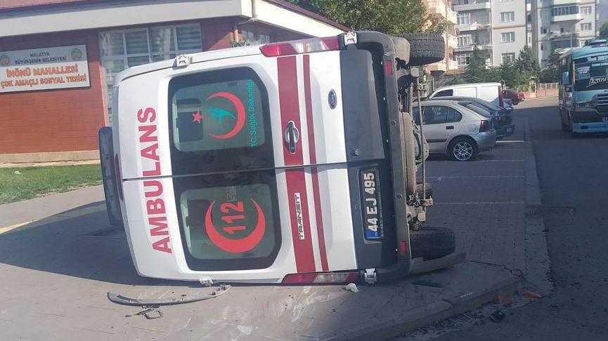 Malatya'da ambulans ile otomobil çarpıştı: 6 yaralı