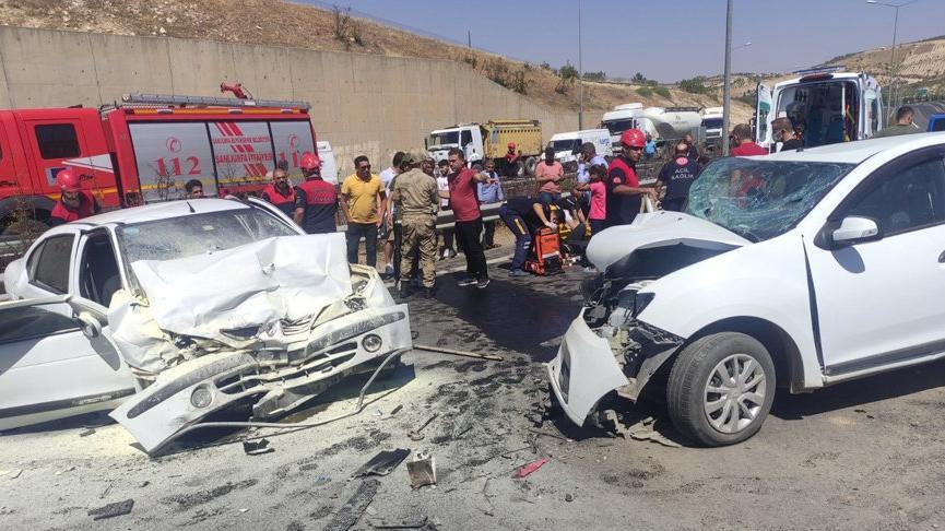 İki araç kafa kafaya çarpıştı: 3'ü ağır 6 yaralı