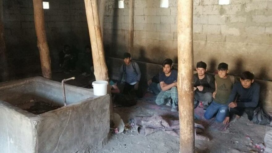 Bir ahırda 42 Afgan