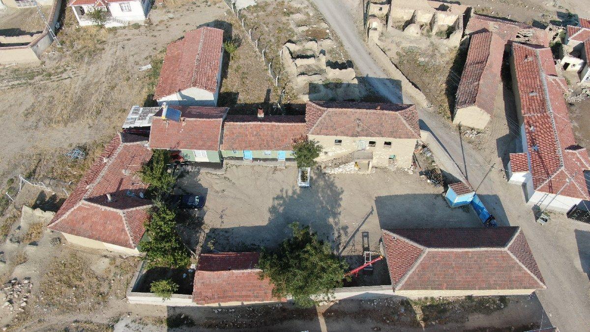 Hemen her evin önünde şehit mezarı olan köy...