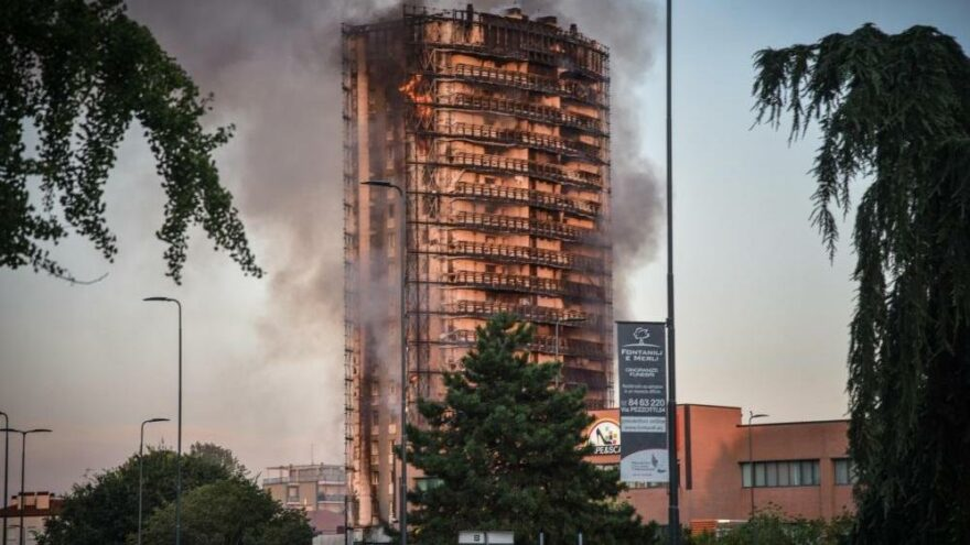 İtalya'da 15 katlı binada korkutan yangın