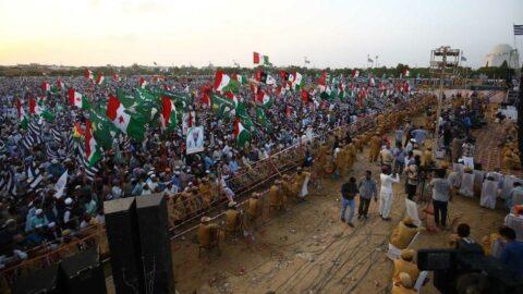 Pakistan'da halk sokağa döküldü