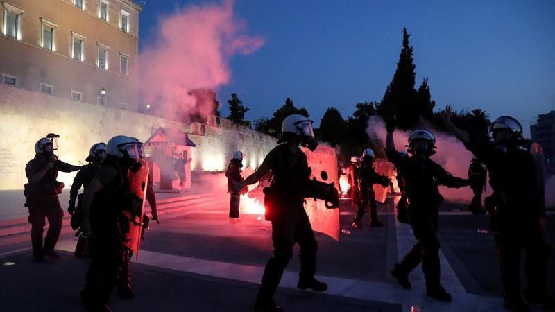 Yunanistan'da zorunlu aşı uygulamasını protesto edenlerle polis çatıştı