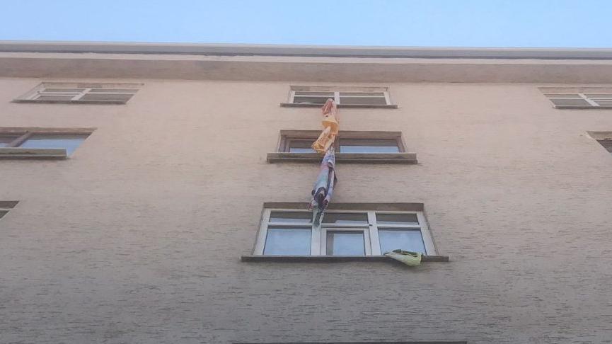 Çarşafla 5'inci kattan inmek isterken düştü