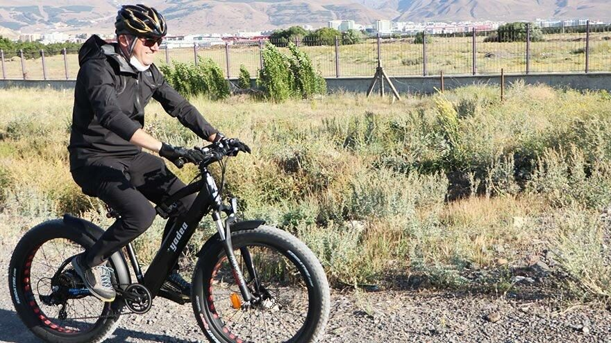 Bisikletli vali sokak köpeklerine sahip çıktı