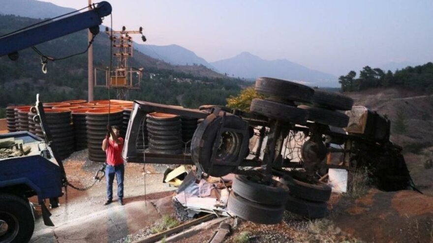 Kaçış rampasında beton bariyere çarpan kamyondaki 4 kişi öldü