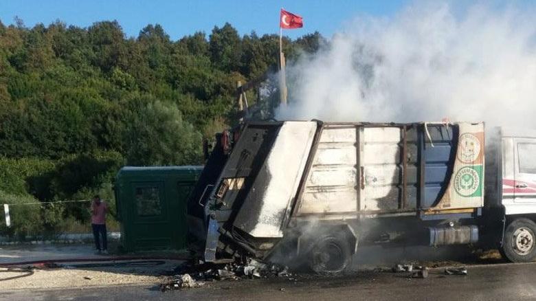 Geri dönüşüm kamyonu alev alev yandı