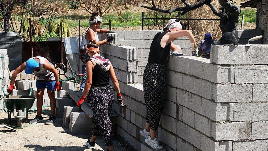 Manavgat'ta gönüllüler iş başında: İnşaat yapıyorlar