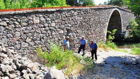 Defineciler 73 yıllık köprüyü tahrip etti