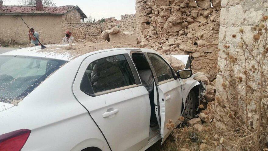 Duvara çarpan otomobilin sürücüsü kalp krizinden öldü