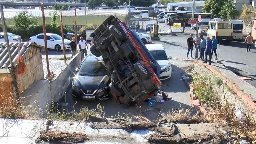 İstanbul'da kamyonet iki otomobilin üzerine düştü