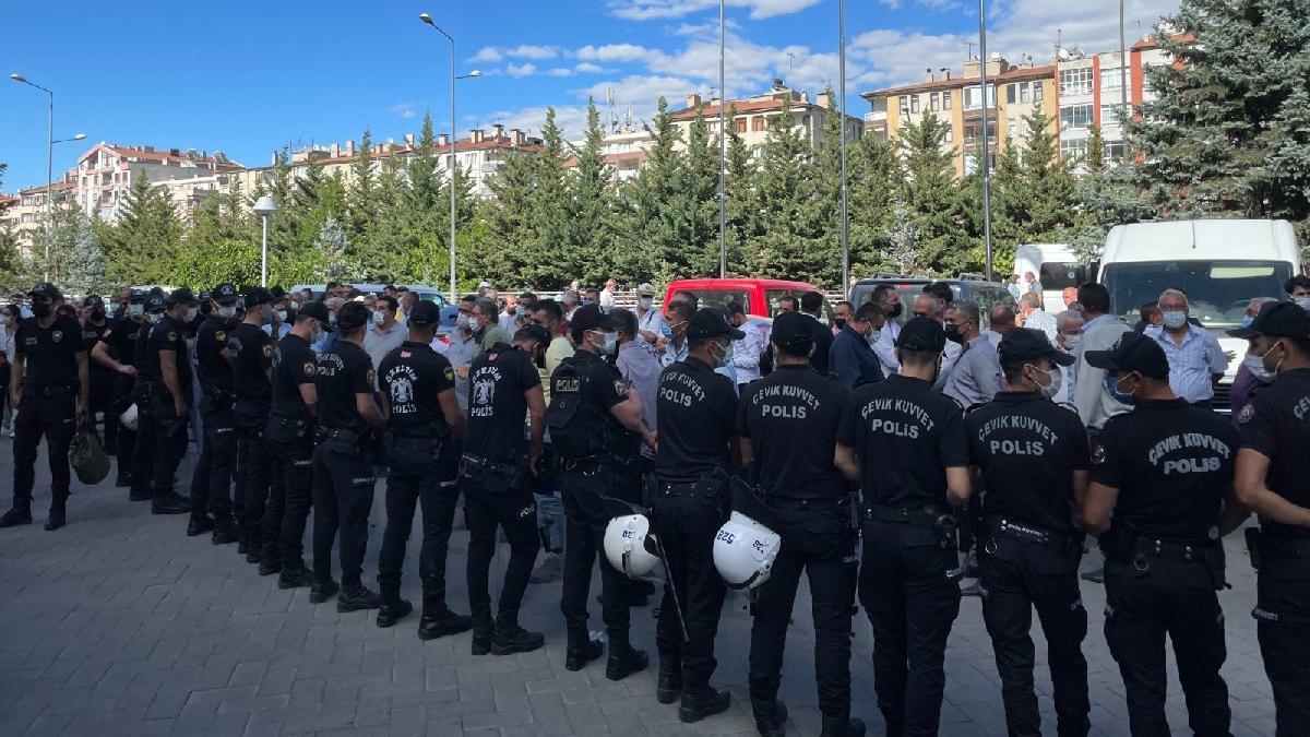 Kayseri'de halk otobüsçüleri AKP'li belediye binasını bastı