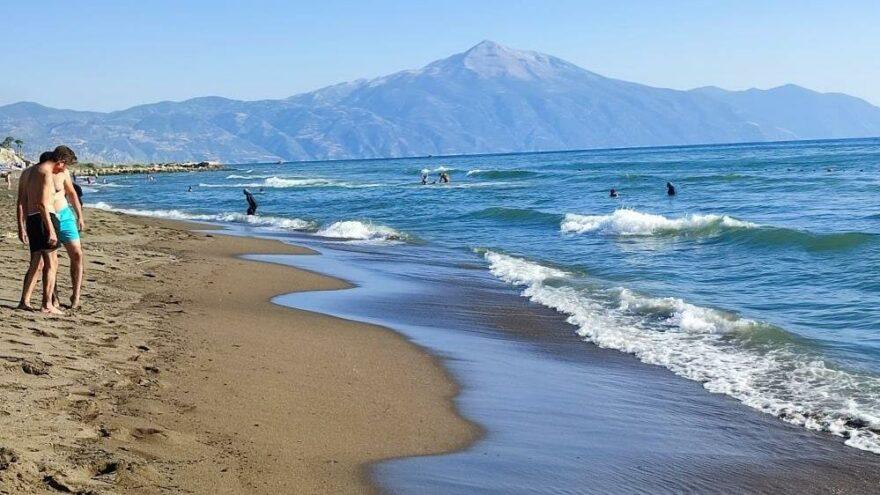 Sahile vuran petrol atıklarına rağmen denizde yüzdüler