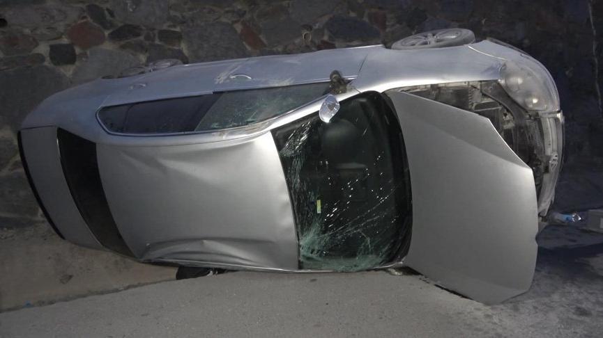 Arnavutköy'de otomobil devrildi, trafik yoğunluğu oluştu