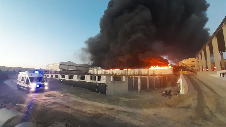 Silivri'de plastik fabrikası yandı