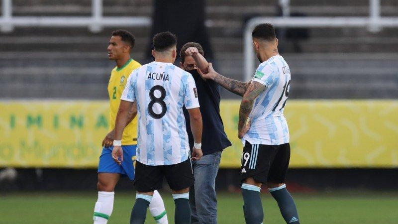 Brezilya Arjantin maçında kaos! Sahaya girip sınır dışı etmek istediler…