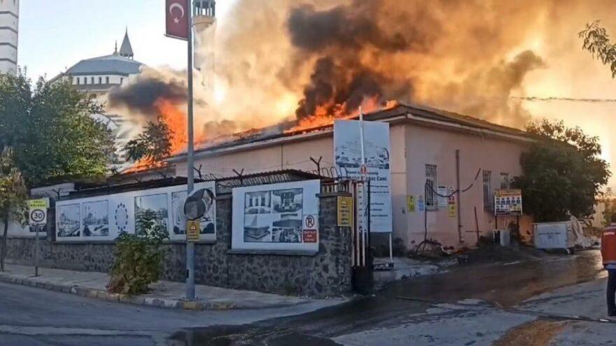 Cami şantiye alanında yangın