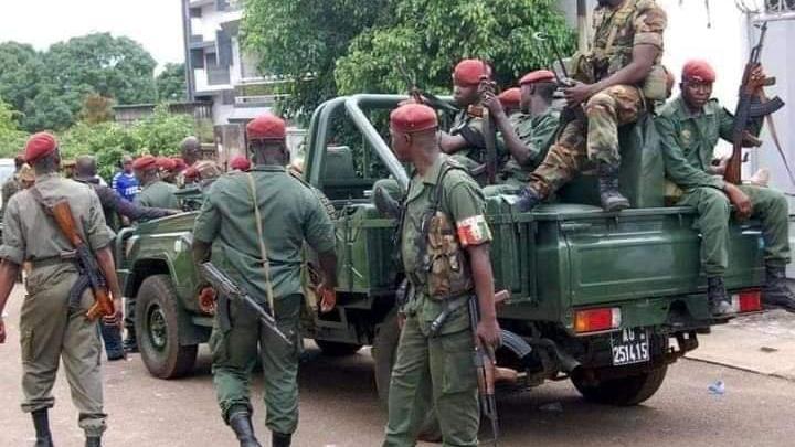 Gine'de darbe açıklaması sonrası halk sokaklarda kutlama yaptı