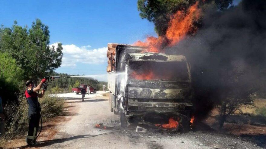 Tomruk yüklü kamyon karayolunda alev alev yandı